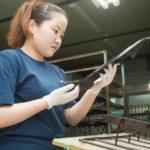 プラスチック塗装品の検査スタッフ